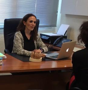 Rosa Coba, pasando consulta