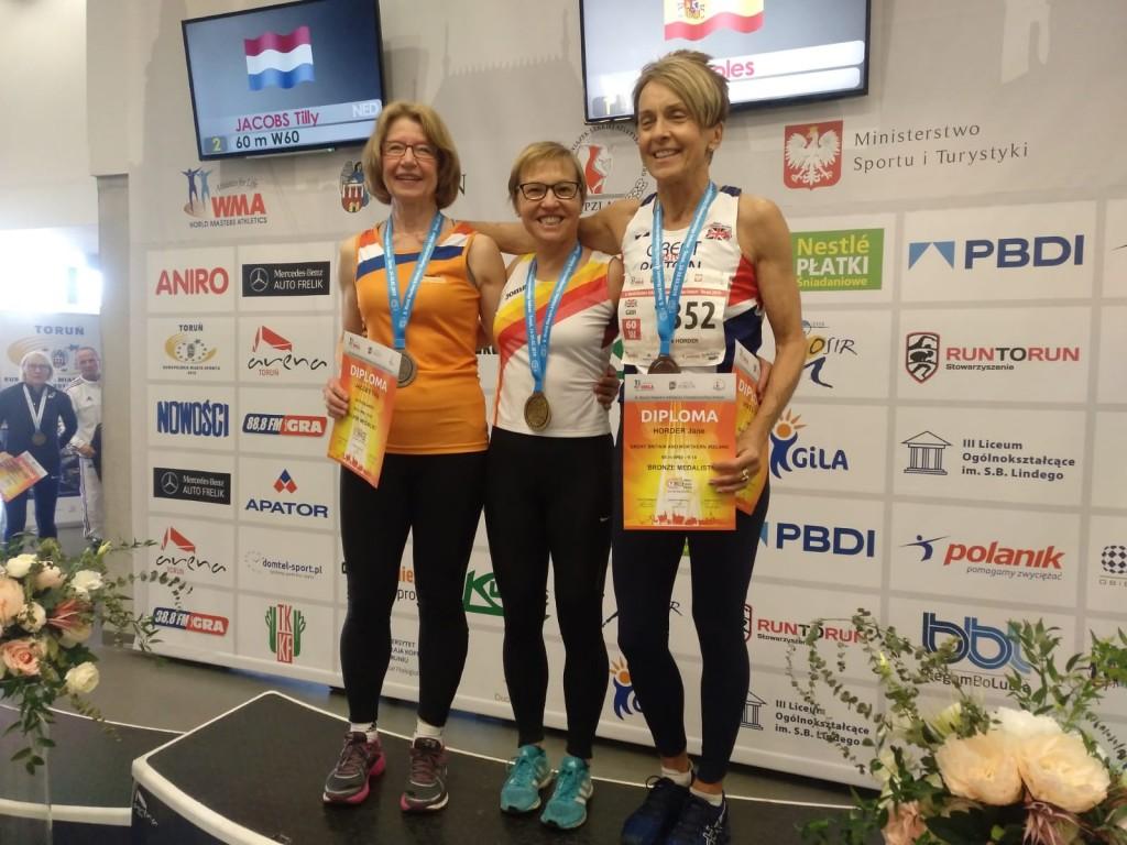 Podio de los 60 metros lisos W60. Con Tilly Jacobs (NED) y la británica Jane Horder.