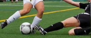 Las patadas y los golpes son muy habituales en el fútbol