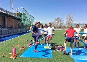 Esther Morencos, dirigiendo ejercicios de prevención en la selección española de hockey (Foto: Loles Vives)